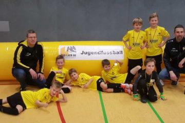 jugendhallenturniere die siegreiche Laerer F mit Trainerteam und Goldmedaille