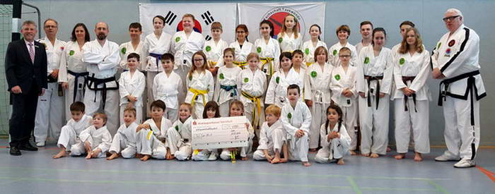 tus laer fachschaft taekwondo Besuch von Christian Vinhage von Kreissparkasse Steinfurt zur Überreichung eines Spendenschecks für das Trainingslager auf der Wewelsburg